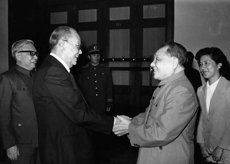 Ne Win meets with Chinese leader Deng XIaoping in 1985