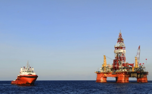 China's oil rig, the Haiyang Shiyou 981, sits 120 nautical miles from the Vietnamese coastline.  Photo: Xinhua.